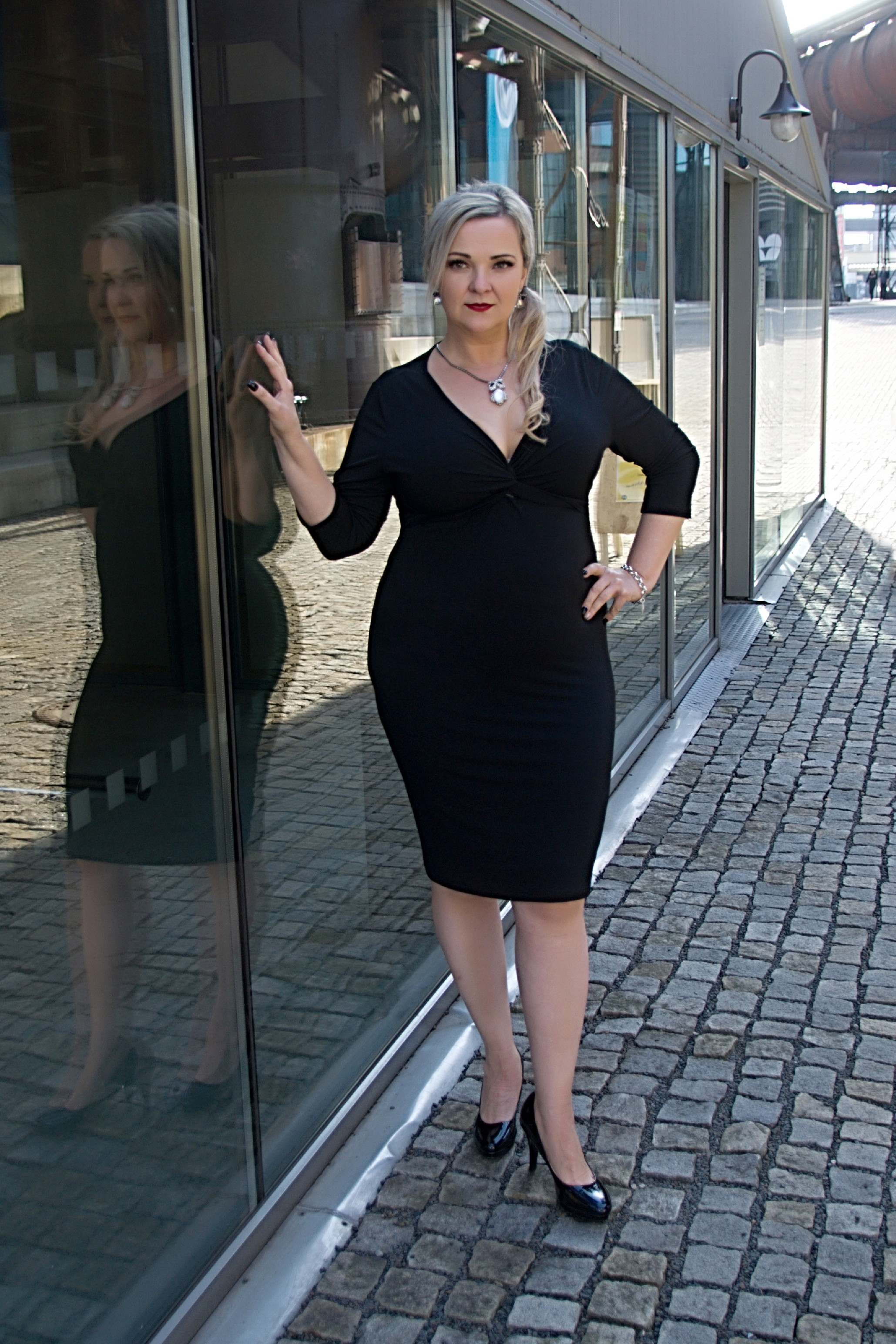 e49ac8494c9 Bellazu CZ Pouzdrové šaty Alexis Bellazu s krásným výstřihem a 3 4 rukávem  černé