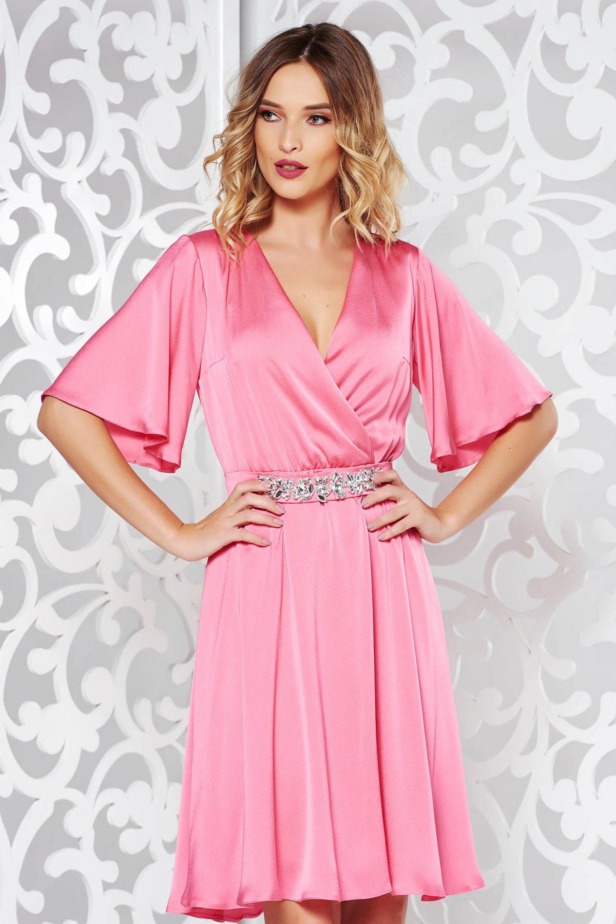 Rózsaszínű StarShinerS alkalmi ruha szatén anyagból belső béléssel övvel  ellátva strassz köves kiegészítő. 1 2bf00942e2