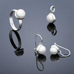 Buka Jewelry Perlová souprava Buka Buka Kecil (náušnice, přívěsek a prsten) – malé bílé perly 850