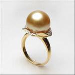 KLENOTA Zlatý prsten s perlou jižního Pacifiku a diamanty