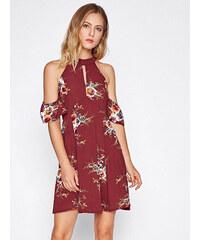 0f3955fcc718 BadLady.sk Krátke bordové kvetované šaty s odhalenými ramenami