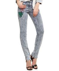 f053b25a84d GUESS dámské džíny světle modré s výšivkami