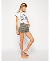ASOS - Hochgeschnittene Denim-Shorts mit Seitenschlitz und Leopardendruck - Mehrfarbig