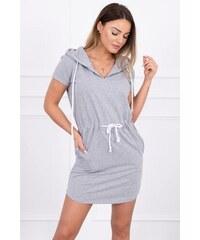 52aa77ba9658 MladaModa Viazané šaty s kapucňou a vreckami model 8982 šedé