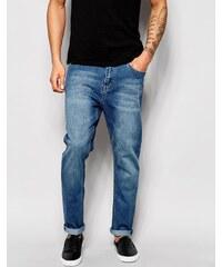 Cheap Monday - Schmal zulaufende Jeans mit tiefem Sitz in Mittelblau - Blau