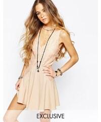 Reclaimed Vintage - Kleid mit Spitzeneinsatz vorne, sexy Ausschnitt und verziertem Ausschnitt - Beige