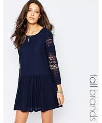 Vero Moda Tall - Skaterkleid mit Spitzenärmeln und tief angesetzter Taille - Marineblau