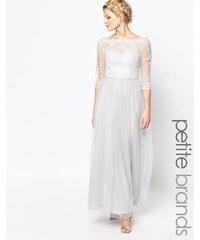 Chi Chi Petite Chi Chi London Petite - Robe longue à encolure Bardot en dentelle de qualité supérieure avec jupe en tulle - Gris