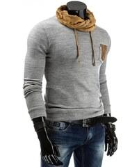 Šedý svetr s kapsou a hnědou šálou u krku