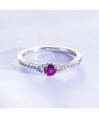 KLENOTA Stříbrný prsten se synetickým rubínem, safíry a diamanty