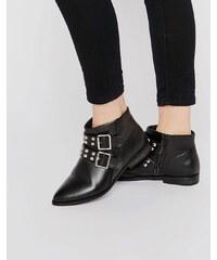 London Rebel - Spitze Ankle-Boots mit nietenverziertem Riemen - Schwarz