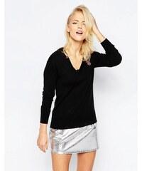 Love Moschino - Pullover mit V-Ausschnitt mit kleinem aufgesticktem Logo - Schwarz