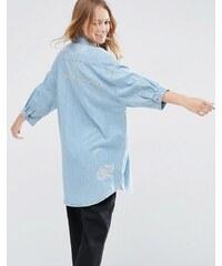 ASOS - Chemise en jean brodé effet vieilli coupe boyfriend - Bleu