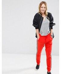 ASOS - Pantalon de survêtement avec bande contrastée sur le côté - Rouge