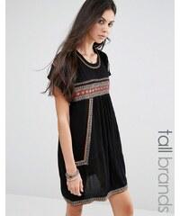Glamorous Tall - T-Shirt-Kleid mit Stickerei - Cremeweiß