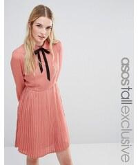 Fashion Union Tall - Diana - Robe patineuse plissée avec lien à l'encolure - Rose