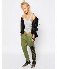 Reebok - Pantalon de survêtement à entrejambe bas avec imprimé logo style graffiti sur le côté - Vert