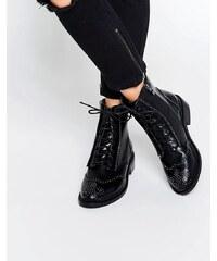 Lost Ink - August Pin Stud - Geschnürte, flache Ankle-Boots im Budapester Stil - Schwarz