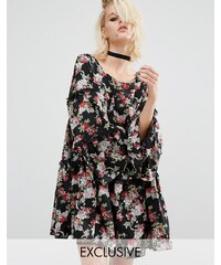 Reclaimed Vintage - Gestuftes Hängerkleid mit Rüschenspitze und Blumenmuster - Schwarz