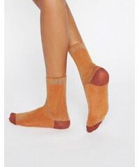 Monki - Chaussettes côtelées métallisées - Orange