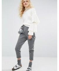 I Love Friday - Kurz geschnittene Hose mit Kunstfellbommel - Grau