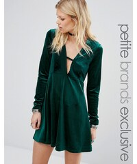 Glamorous Petite - Robe patineuse à manches longues en velours plissé avec décolleté - Vert