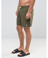 ASOS - Halblange Badeshorts in Khaki mit dreieckigem Logo-Print - Grün