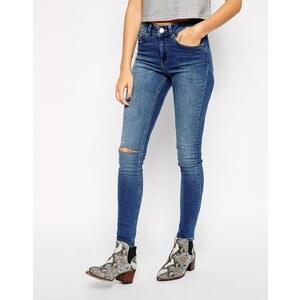 ASOS - Lisbon - Superenge, knöchellange Jeans mit mittlerer Waschung in Busted Blue mit Knien im Used-Look - mittlere Waschung