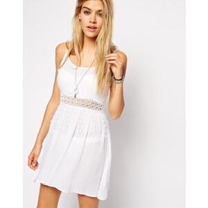 ASOS - Strandkleid mit gehäkelter Taillenpartie - Weiß