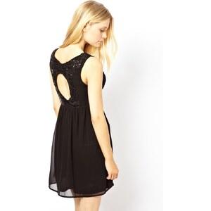 Yumi – Kleid mit Rückenausschnitt und PU-Blumenstickerei