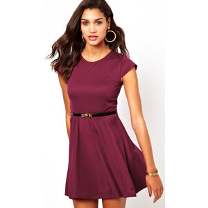 Club L – Ausgestelltes Kleid mit Gürtel