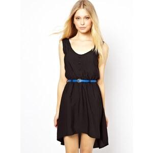 Yumi – Kleid mit Stufensaum und Gürtel