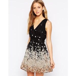 Yumi - Kleid in Wickeloptik mit Blumenborte - Schwarz