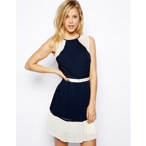 ASOS - Plissiertes Kleid mit Spitzenverzierung