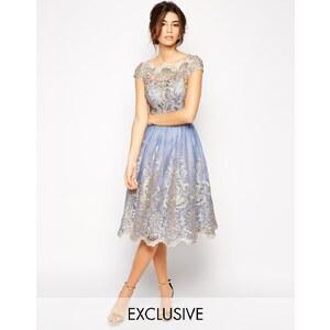 Chi Chi London - Hochwertiges Kleid aus Metallic-Spitze mit Bardotkragen - Cornflower