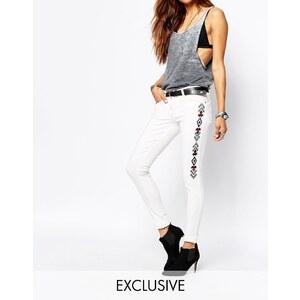 Liquor & Poker - Enge Jeans mit niedrigem Bund und seitlichen Verzierungen im Aztekenstil - Weiß