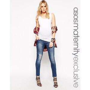ASOS Maternity - Knöchellange Jeans in mittelblauer Waschung mit Abschürfungen
