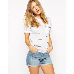 ASOS - Strukturiertes T-Shirt mit Stadtnamen & Tasche - Weiß