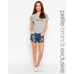 Noisy May Petite - Locker geschnittene Shorts im Used-Look mit hohem Bund - Blau