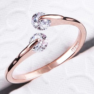 Lesara Damen-Ring mit Zirkonia-Steinen rosévergoldet - Gold - 57