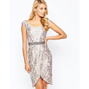 Little Mistress - Robe fourreau en dentelle métallisée avec encolure Bardot, taille ornementée et jupe portefeuille - Beige