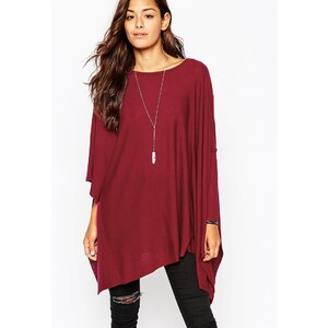 ASOS - Pullover mit asymmetrischen Ärmeln - Rot