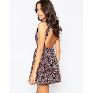 Glamorous - Jacquard-Kleid mit tiefem Rückenausschnitt in Metallic - Schwarz/Rotes Paisleymuster