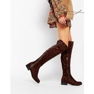 Glamorous - Flache kniehohe Stiefel mit Nietendetails - Schokoladenbraun