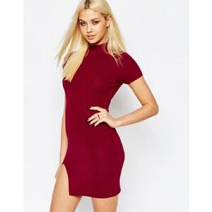 Missguided - Geripptes, figurbetontes Kleid mit hohem Ausschnitt - Burgunderrot