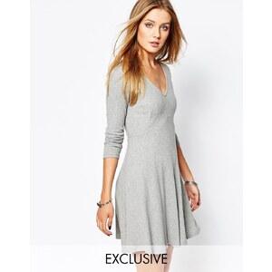 Glamorous - Gestricktes T-Shirt-Kleid mit Rippstruktur - Grau