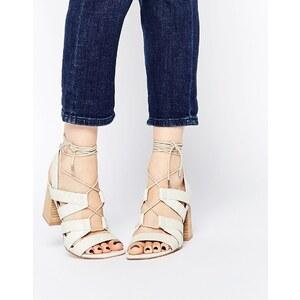 ASOS - TALK SHOW - Sandalen in Schlangenhautoptik zum Schnüren - Gebrochenes Weiß
