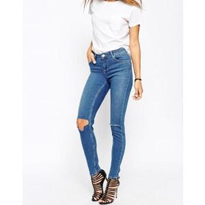ASOS - Lisbon - Enge Jeans in mittlerer Bundhöhe mit Blessing-Mid-Stonewash und Rissen an den Knien - mittelblaue Waschung
