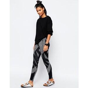Nike - Leg-A-See - Leggings mit durchgehendem Logo-Print