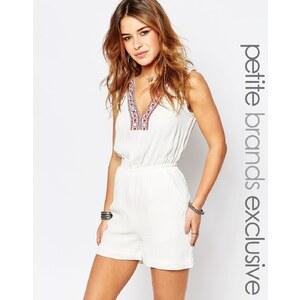 Glamorous Petite - Bestickter, kurzer Overall mit tiefem Ausschnitt - Weiß